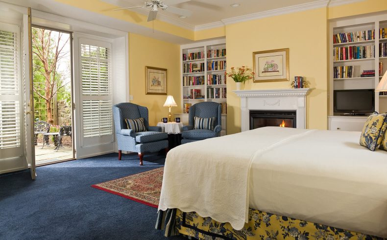 English Garden Suite bed and seating area
